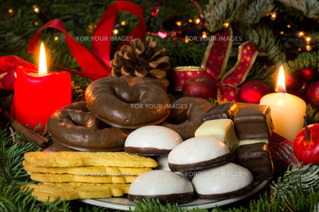 pastries and sweets at christmas timeの写真素材 [FYI00704589]