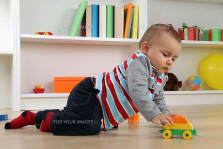 baby playing with a toy carの素材 [FYI00704817]