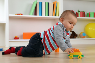 baby playing with a toy carの写真素材 [FYI00704817]