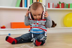 baby while listening to music on headphonesの素材 [FYI00704818]