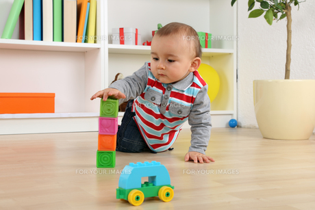baby playing with blocks cubesの素材 [FYI00704820]