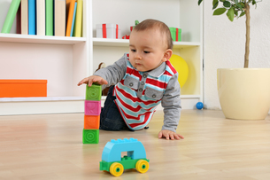 baby playing with blocks cubesの写真素材 [FYI00704820]