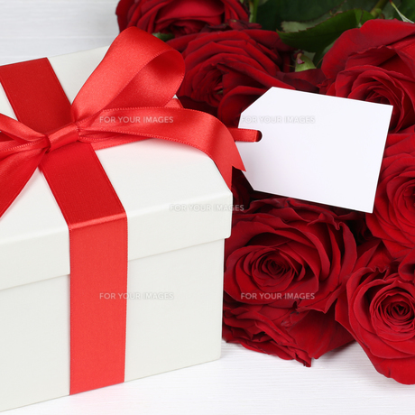 gift with label and copy space for birthdays,mother's day or valentine's dayの写真素材 [FYI00704823]