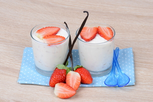 yogurt with strawberriesの素材 [FYI00705077]
