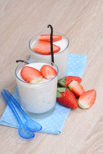yogurt with strawberriesの素材 [FYI00705079]