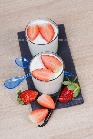 yogurt with strawberriesの素材 [FYI00705142]