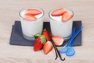yogurt with strawberriesの素材 [FYI00705144]
