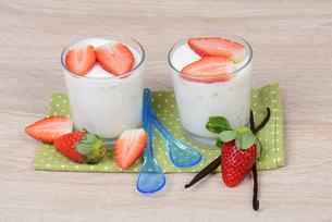 yogurt with strawberriesの素材 [FYI00705145]