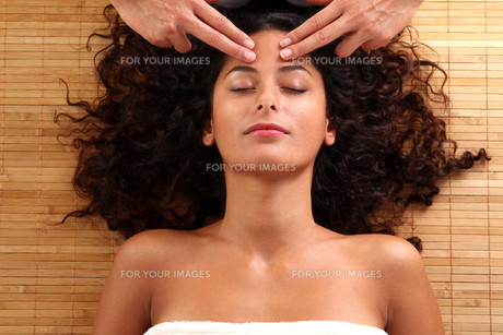 woman relaxing with a head massageの素材 [FYI00705423]