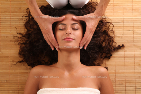woman relaxing with a head massageの素材 [FYI00705432]