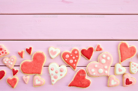 colorful cookies in heart shapeの写真素材 [FYI00705525]
