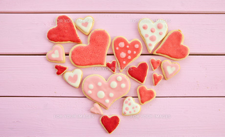 colorful cookies in heart shapeの写真素材 [FYI00705529]