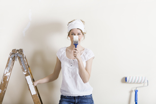 woman with brush in front of faceの写真素材 [FYI00706021]