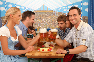 group sits happily on beer tableの写真素材 [FYI00706033]