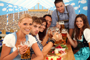 group of young people at the beer tableの写真素材 [FYI00706042]