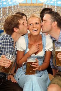 woman gets kisses at oktoberfestの写真素材 [FYI00706064]