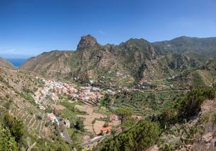 center of vallehermoso with roque el cano on la gomeraの写真素材 [FYI00706263]