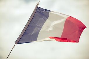full flag of france blue sky backgroundの写真素材 [FYI00707035]