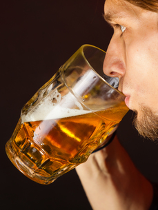 handsome young man drinking beerの写真素材 [FYI00707036]