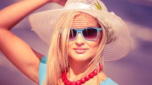 beautiful blonde girl in hat on beachの写真素材 [FYI00707037]