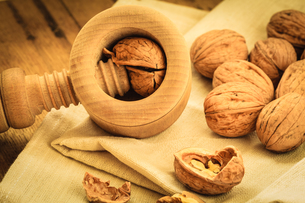 walnut with nutcracker on rustic tableの写真素材 [FYI00707041]