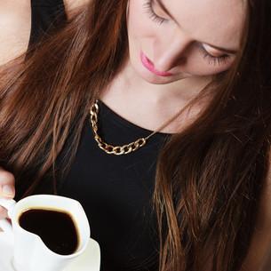 cheerful woman drinking coffeeの写真素材 [FYI00707045]