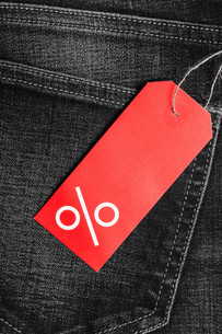 red label with percent sign on denimの写真素材 [FYI00707059]