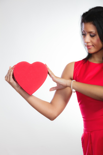 lovely woman with red heart shaped gift boxの写真素材 [FYI00707060]