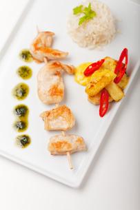chicken meat on skewersの写真素材 [FYI00707644]