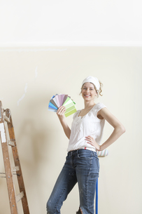 women looking for new wall colorの写真素材 [FYI00707690]