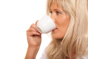 mature woman drinking tea or coffee ..の写真素材 [FYI00707748]