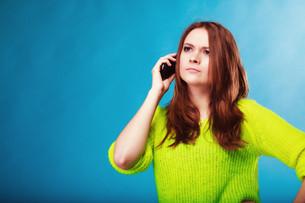 teenage girl with mobile phone talkingの写真素材 [FYI00707755]