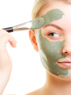 skin care. woman applying clay mud mask on face.の写真素材 [FYI00707791]