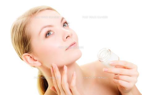 skin care. girl applying moisturizing creamの写真素材 [FYI00707793]