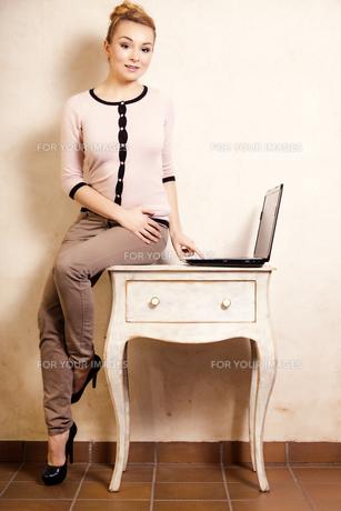 businesswoman working on computer laptopの写真素材 [FYI00707798]