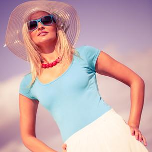beautiful blonde girl in hat on beachの写真素材 [FYI00707801]