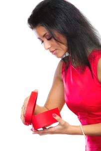 woman opening a red heart shaped gift boxの写真素材 [FYI00707828]