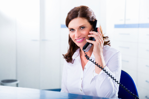 receptionist in doctor's office with telephoneの写真素材 [FYI00708307]