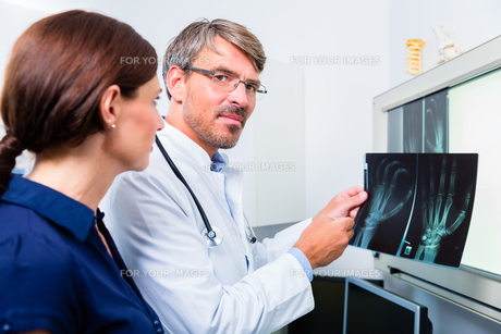 doctor with x-ray image of the patient's handの素材 [FYI00708310]