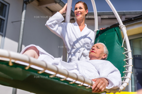 women relax on deck at the wellness spaの写真素材 [FYI00708325]