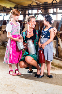 bavarian family with milk cans in the cowshedの写真素材 [FYI00708335]