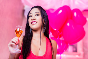 woman celebrating in a nightclub party with champagneの素材 [FYI00708339]