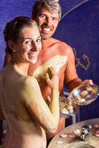 couple in rasul in wellness spaの写真素材 [FYI00708341]