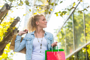 woman shopping with shopping bags in townの写真素材 [FYI00708379]