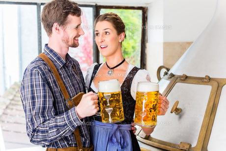 brauer and women encounter in brewery with beer atの素材 [FYI00708390]