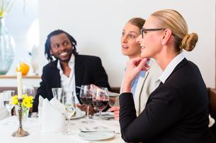 team of business people eatingの写真素材 [FYI00708400]