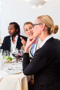 team of business people eatingの写真素材 [FYI00708401]