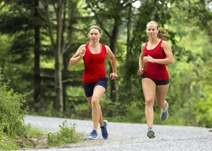 young women joggingの写真素材 [FYI00708409]