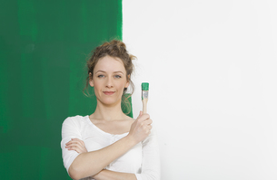 woman with green brushの写真素材 [FYI00708960]