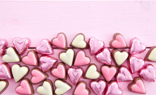 colorful heart-shaped chocolatesの写真素材 [FYI00708978]